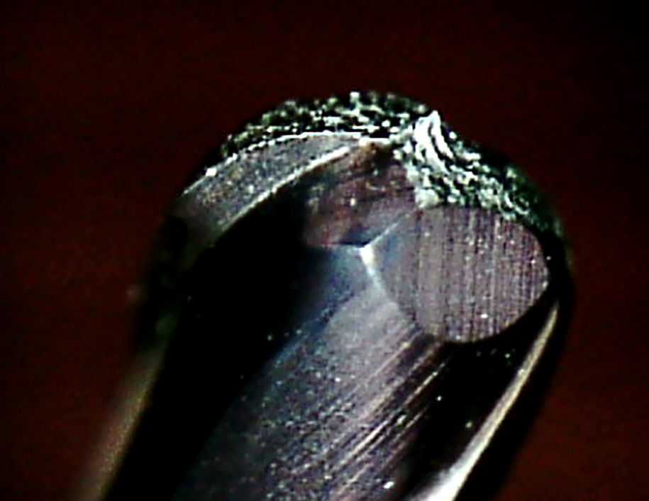 金型加工コンサルティングにおける高硬度用ボールエンドミルの先端の異常磨耗