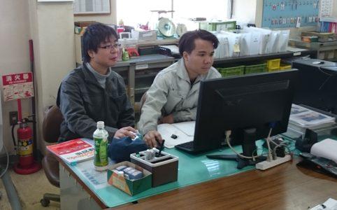 写真1 ベトナム研修生にSolidworksを指導する様子