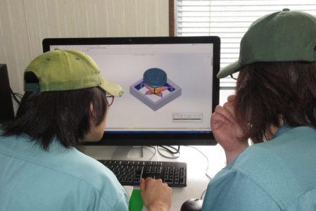 写真2 研修課題のモデリングとCAMデータ作成を行っている様子